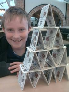 Ein Kind und sein Kartenhaus
